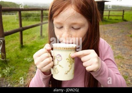 Mädchen trinken Kakao im freien - Stockfoto