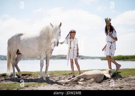 Mädchen mit Pferden am Sandstrand - Stockfoto