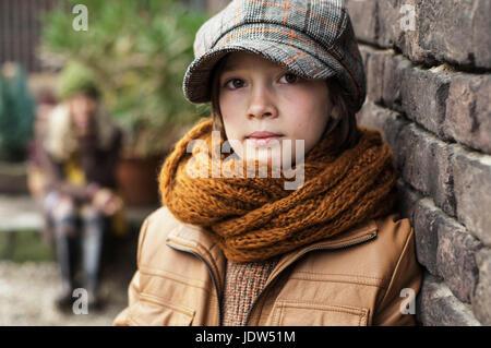 Jungen tragen flache Mütze und Schal, Porträt - Stockfoto