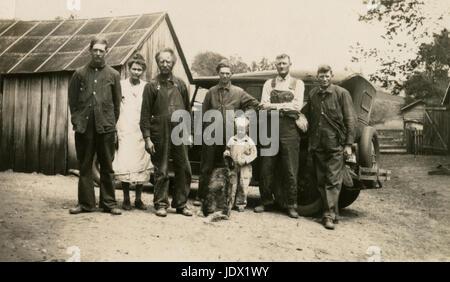 Antike c1922 Foto, Familiengruppe auf Swanson Farm. Lage ist wahrscheinlich in oder in der Nähe von Mankato, Minnesota. - Stockfoto
