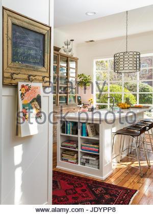 Barhocker Bei Kücheninsel In Raum Mit Balkendecke; Moderne Küche Mit Großen  Insel, Retro Kronleuchter   Stockfoto