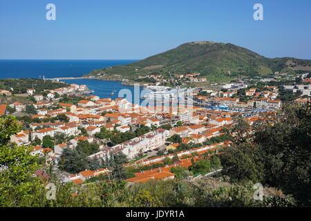 Die Küsten Stadt Port Vendres mit seinen Hafen und die Festung Bär im Hintergrund, Mittelmeer, Roussillon, Pyrenäen - Stockfoto