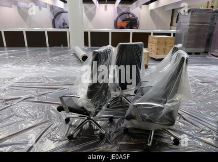 Hamburg, Deutschland. 21. Juni 2017. Bürostühle sind gestapelt auf dem G20-Presse-Center befindet sich in den Messehallen - Stockfoto