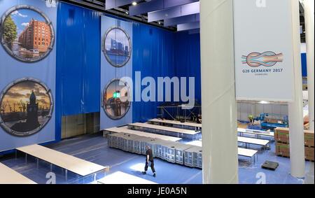 Hamburg, Deutschland. 21. Juni 2017. Das Logo des G20-Gipfels (R) sowie Bilder von Hamburg können im G20-Pressezentrum, - Stockfoto