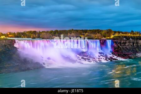 Die American Falls und die Bridal Veil Falls an den Niagarafällen aus Kanada - Stockfoto