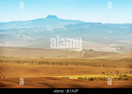 Zeigen Sie Formular Stadt Pienza zum Vulkan Monte Amiata in der Toskana, Italien an - Stockfoto