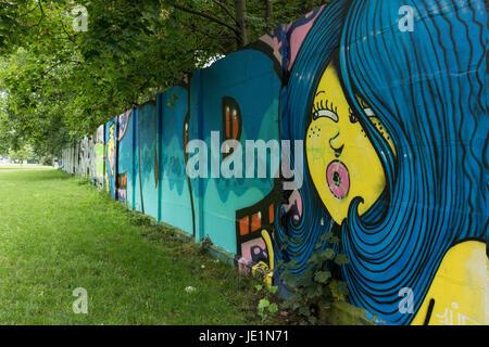 Berlin. Deutschland. Verbleibenden Abschnitt der Berliner Mauer mit Graffiti an Puschkinallee, als ein historisches - Stockfoto