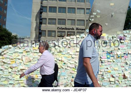Wand montiert Notizen auf Papier mit Anteilnahme und unser Mitgefühl an der London Bridge, als Reaktion auf den - Stockfoto