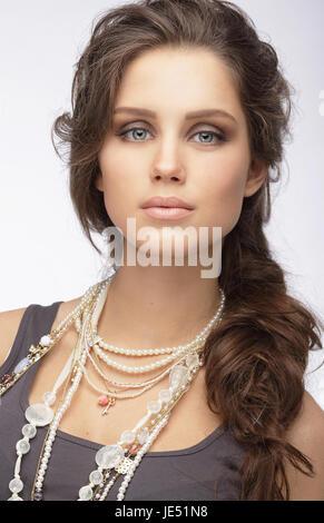 Anspruchsvolle Frau mit Ornamenten - Perlmutt Halskette - Stockfoto