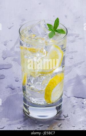 Glas erfrischend kaltes Mineralwasser mit Zitrone - Stockfoto