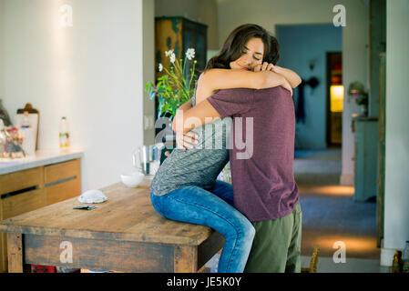Paar, umarmen in Küche - Stockfoto