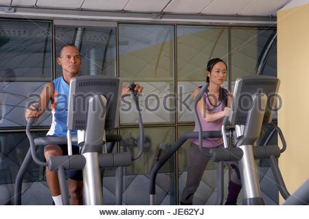 Mann und Frau im Fitnessstudio trainieren. - Stockfoto