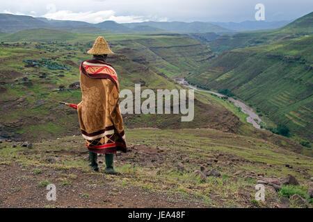 Sheperd in traditionelle Kleidung und Basotho-Hut Thaba-Tseka-Distrikt Lesotho Südliches Afrika - Stockfoto