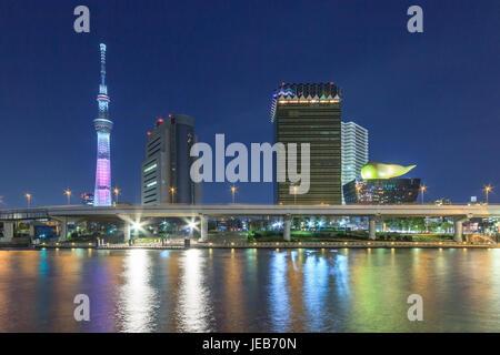 Tokio - APRIL 12: Ansicht der Tokyo Sky Tree (634m) in der Nacht, die höchste freistehende Struktur in Japan - Stockfoto