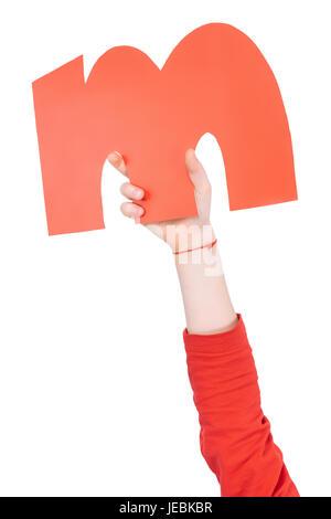 Kind hält in der hand bunte Alphabet Buchstaben M isoliert, Alphabet Buchstaben Konzept - Stockfoto