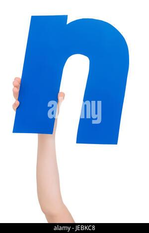 Kind hält in der hand bunte Alphabet Buchstaben N isoliert, Alphabet Buchstaben Konzept - Stockfoto
