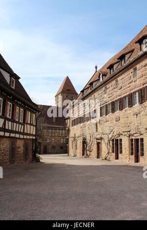 Alte Fachwerkhäuser und Stein beherbergt in Maulbronn, Deutschland - Stockfoto