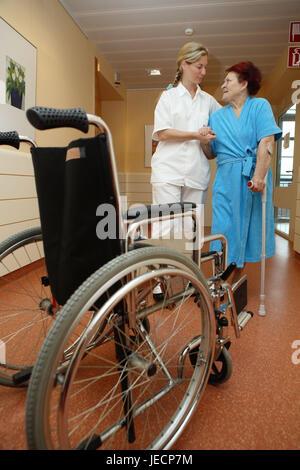 Klinik, Halle, Physiotherapeut, Patient, Senior, Krücken, braucht Pflege, Blei, Hilfe, zu Fuß üben, Blickkontakt, - Stockfoto