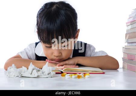 Krank asiatische chinesische Mädchen tragen einheitliche studieren in isolierten weißen Hintergrund. - Stockfoto