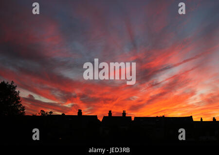 Feurige rote Himmel über Walmer Dächer - Stockfoto