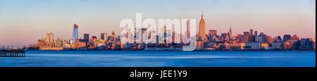 Blick bei Sonnenuntergang von Midtown West Wolkenkratzer mit dem Hudson River. Manhattan, New York City Stockfoto