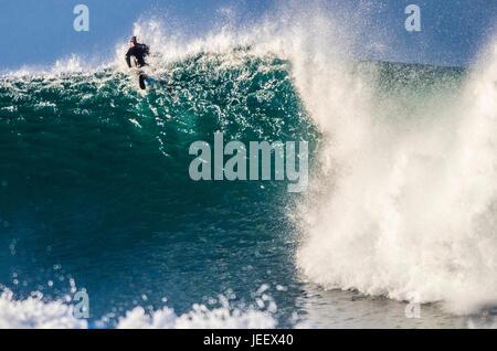 Surfer paddeln über große Welle - Stockfoto