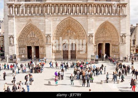 Paris, Frankreich - 19. September 2013: Touristen genießen die Fassade der Kathedrale Notre Dame de Paris und eine - Stockfoto