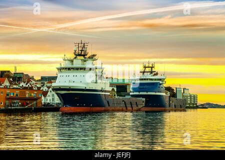 Schiffe vor Anker im Hafen von Stavanger, Norwegen. - Stockfoto