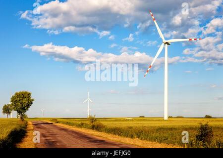 Wind Turbine und Landstraße. - Stockfoto