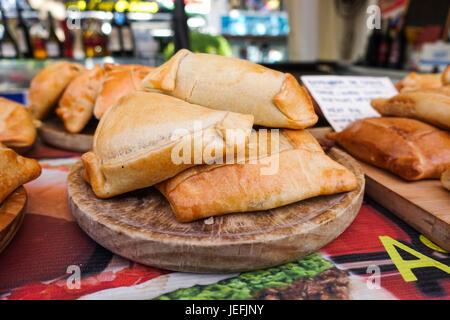 Kolumbianische Empanadas. auf Lebensmittel-Markt in Spanien. - Stockfoto