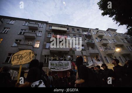 Berlin, Deutschland. 24. Juni 2017. Linke Demonstranten marschieren durch die Straßen von Berlin aus Protest gegen - Stockfoto