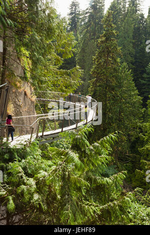 Touristen zu Fuß auf die Capilano Suspension Bridge; Vancouver, British Columbia, Kanada - Stockfoto