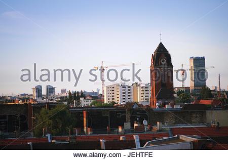 Stadtbild Blick über Berlin Neukölln mit der Martin Luther Kirche im Vordergrund und die treptowers in den Hintergrund - Stockfoto
