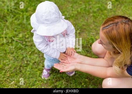 Händen der Mädchen an den Händen der Mutter - Stockfoto