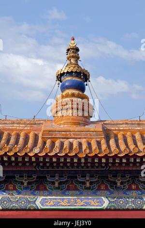 Kunstvoller Turm des berühmten Lama-Tempels in Peking - Stockfoto