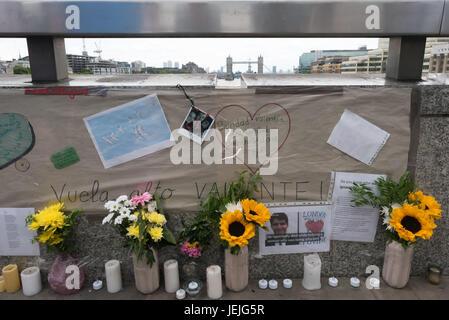 London, UK. 24. Juni 2017. London, UK. 24. September 2017. Tribute und Blumen erinnern an der London Bridge Angriff - Stockfoto