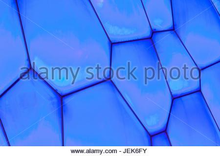 PEKING - 28 AUGUST. Oberfläche des Beijing Olympic Water Cube in der Nacht am 28. August 2011. Es bewirtet auch - Stockfoto