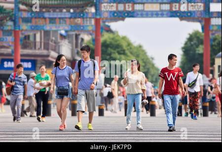 BEIJING-9. JUNI 2015. Menschen am Tor der Qianmen Street, berühmte Touristenattraktion. Der renovierte Fußgängerzone - Stockfoto