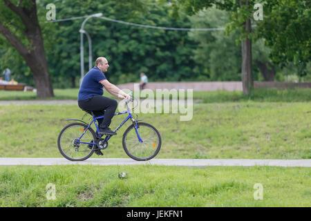 Ein Mann auf einem Fahrrad. - Stockfoto
