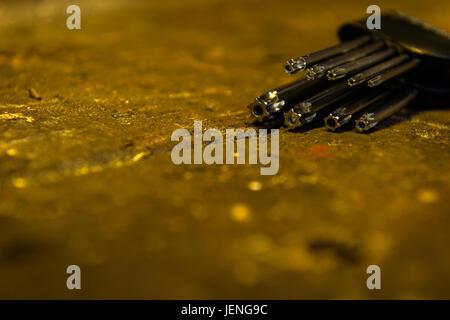 Satz von fälschungssicheren Torx-Schlüssel mit in einem Halter auf einem alten hölzernen Werkbank. - Stockfoto