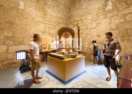 Touristen auf der Suche auf ein Modell des Castillo De La Real Fuerza oder Schloss der königlichen Kraft im Inneren - Stockfoto