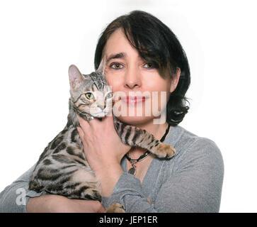 Bengal Kätzchen und Frau vor weißem Hintergrund - Stockfoto