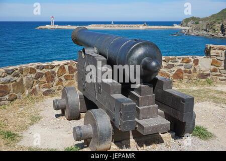 Alte Eisen Kanone zeigt auf das Meer in den Hafen von Port-Vendres, Mittelmeer, Cote Vermeille, Roussillon, Pyrenäen - Stockfoto