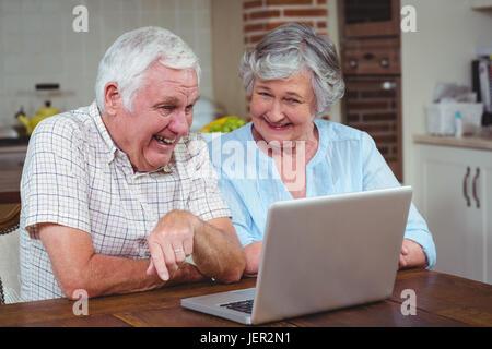 Ehepaar im Ruhestand mit laptop - Stockfoto