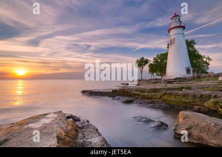 Die Marblehead Leuchtturm am Rande des Lake Erie in Ohio, USA. Bei Sonnenaufgang fotografiert. - Stockfoto