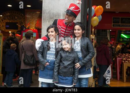 LONDON, ENGLAND - 12. Juli 2017 drei Schwestern Posen mit einem Schauspieler aus Hamleys für Vater in der Nähe von - Stockfoto