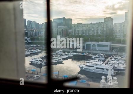 Montreal, Kanada - 27. Mai 2017: Antenne des alten Hafengebiet mit vielen Booten und der Innenstadt in Stadt in Quebec Region anzeigen während des Sonnenuntergangs