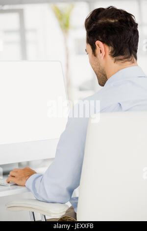 Geschäftsmanns, der auf dem Computer - Stockfoto