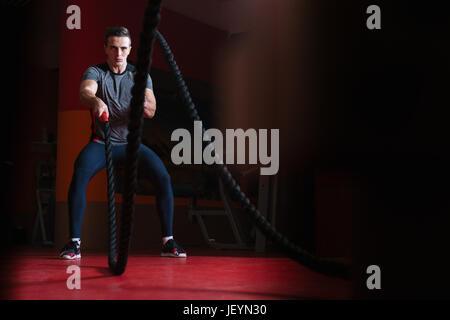 Seile-Mann am Gym Training Übung ausgestattet Körper kämpfen - Stockfoto