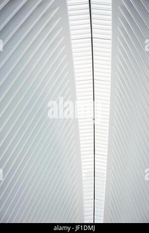 Der Mitteldorn die Dachkonstruktion und die Grate in der Dachlinie im World Trade Center-Hub, das Oculus Gebäude - Stockfoto